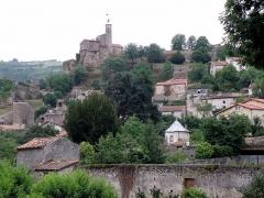 Château fort et église Saint-Jean du Marchidial - Français:   Champeix, comm. du Puy-de-Dôme (France, région Auvergne). Château du Marchidial, vu depuis les hauteurs de Beauregard (nous regardons vers le sud-sud-est).
