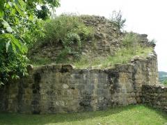 Château fort et église Saint-Jean du Marchidial - Français:   Champeix, comm. du Puy-de-Dôme (France, région Auvergne). Château du Marchidial, vestige de tour circulaire.