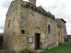 Château fort et église Saint-Jean du Marchidial - Français:   Champeix, comm. du Puy-de-Dôme (France, région Auvergne). Château du Marchidial: chapelle castrale Saint-Jean, porte d\'entrée dans le flanc sud.