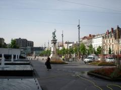 Statue de Vercingétorix - Español: Place de Jaude, en Clermont-Ferrand. Aquí se eleva la estatua ecuestre de Vercingetórix, realizada en 1902 por Frédéric Auguste Bartholdi (autor de la famosa estatua de la Libertad de Nueva York).