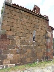 Restes du Château fort - Français:   Arlempdes, comm. de la Haute-Loire, France (région Auvergne).  Château: chapelle castrale (façade méridionale, avec clocheton et corniche de l\'abside visibles à droite).