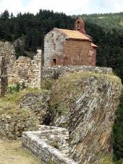Restes du Château fort - Français:   Arlempdes, comm. de la Haute-Loire, France (région Auvergne).  Chapelle castrale sur son rocher en surplomb de la Loire. À l\'avant-plan en bas, portion de l\'enceinte sud-est du château.