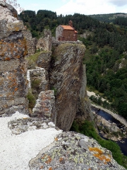 Restes du Château fort - Français:   Arlempdes, comm. de la Haute-Loire, France (région Auvergne).  Chapelle castrale sur son rocher en surplomb de la Loire, dont on aperçoit les eaux en contrebas à droite. Vue prise depuis la tour d\'angle sud de la forteresse (parapet à l\'avant-plan en bas), en regardant vers le nord-est. Au centre gauche, portion de la muraille d\'enceinte sud-est.