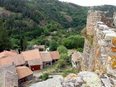 Restes du Château fort - Français:   Arlempdes, comm. de la Haute-Loire, France (région Auvergne).  Partie nord de la bourgade d\'Arlempdes, vue depuis la tour d\'angle sud du château. La muraille à droite est la courtine sud-ouest se terminant à la tour d\'angle ouest. On aperçoit, un peu à gauche de cette dernière, les eaux de la Loire.