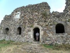 Restes du Château fort - Français:   Arlempdes, comm. de la Haute-Loire, France (région Auvergne).  Château d\'Arlempdes. Corps de bâtiment en ruines, mais dont le rez-de-chaussée est encore voûté, situé dans la moitié nord de la forteresse, du côté de la Loire. Claveau armorié au-dessus de la porte d\'entrée.