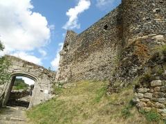 Restes du Château fort - Français:   Arlempdes, comm. de la Haute-Loire, France (région Auvergne).  Muraille et tour de flanquement de l\'enceinte nord-ouest du château. A gauche: porte renaissance (fin XVe siècle) et cheminement d\'accès au château.