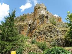 Restes du Château fort - Français:   Arlempdes, comm. de la Haute-Loire, France (région Auvergne).  Château: muraille nord-ouest (à gauche) et sud-ouest (à droite). Au centre: tour d\'angle ouest.