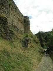 Restes du Château fort - Français:   Arlempdes, comm. de la Haute-Loire, France (région Auvergne).  Muraille et tours de flanquement de l\'enceinte nord-ouest du château. En bas à droite: cheminement d\'accès au château. (Nous regardons vers le sud-sud-ouest.)