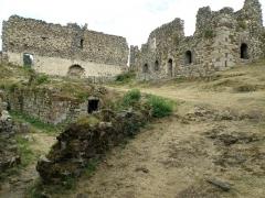 Restes du Château fort - Français:   Arlempdes, comm. de la Haute-Loire, France (région Auvergne).  Ruines dans la moitié nord-est du château. À gauche, pan de muraille, seul élément subsistant du logis seigneurial; à droite, bâtiment en ruines avec rez-de-chaussée voûté.