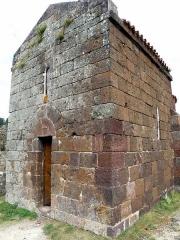 Restes du Château fort - Français:   Arlempdes, comm. de la Haute-Loire, France (région Auvergne).  Château: chapelle castrale (entrée et façade occidentale).