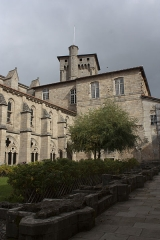 Ancienne abbaye de la Chaise-Dieu - English:  The Clementine tower view from the cloister.