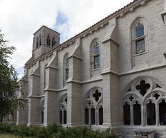 Ancienne abbaye de la Chaise-Dieu - Abbatiale Saint-Robert de La Chaise-Dieu: vue depuis le cloître.