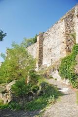 Prieuré - Deutsch: Chanteuges, Wehrmauer mit Calades (Straße)