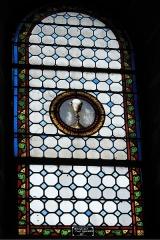 Eglise Saint-Pierre - Deutsch: Katholische Kirche Saint-Pierre in Cistrières im Département Haute-Loire (Auvergne-Rhône-Alpes/Frankreich), Bleiglasfenster; Darstellung: Kelch mit Hostie