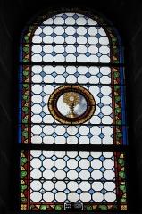 Eglise Saint-Pierre - Deutsch: Katholische Kirche Saint-Pierre in Cistrières im Département Haute-Loire (Auvergne-Rhône-Alpes/Frankreich), Bleiglasfenster; Darstellung: Monstranz