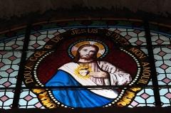 Eglise Saint-Pierre - Deutsch: Katholische Kirche Saint-Pierre in Cistrières im Département Haute-Loire (Auvergne-Rhône-Alpes/Frankreich), Bleiglasfenster; Darstellung: Herz Jesu
