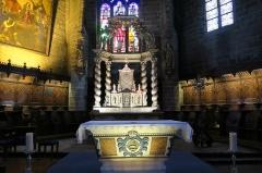 Eglise Saint-Gal - English: Langeac. Church of Saint Gal. Interior. Choir stalls and altar piece.
