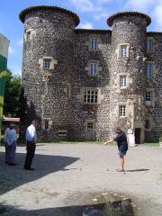 Ancien château abbatial - Nederlands: Le Monastier-sur-Gazeille, château et joueurs de pétanque