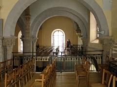 Eglise Saint-Marcellin - Français:   Monistrol-sur-Loire, dép. de la Haute-Loire, France (Auvergne). Église collégiale Saint-Marcellin, tribunes. Il y avait autrefois une tribune unique, mais la partie centrale en fut enlevée lors de la rénovation entamée en 1984. Remarquer les feuilles d\'eau décorant les chapiteaux et le visage sur l\'arc-doubleau.