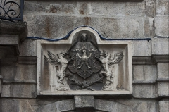 Hôtel de ville - English:  Low relief, to the coast of arm of the city, on the right of the balcony of honor.