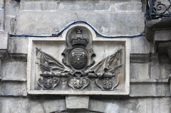 Hôtel de ville - English:  Low relief, to the arms of the kingdom of France, on left of the balcony of honor.