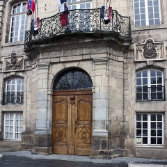 Hôtel de ville - English:  Balcony of honor and  door of the Town Hall.