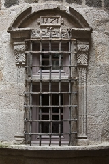 Immeuble - English:  Window of the turret, at the first floor.