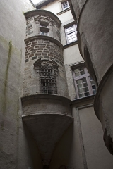 Immeuble - English:  The turret, seen from the courtyard.