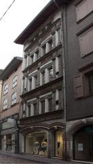Immeuble - English:  The Hotel des Arcis Chazourne keeps a beautiful Renaissance facade