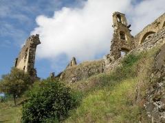 Château d'Artias - Français:   Retournac, dép. de la Haute-Loire, France (Auvergne). Château ruiné d'Artias, perché sur un suc de 706m. d'altitude, situé le long de la Loire à quelques km. en amont (et donc à l'ouest) de Retournac. Ruine de la chapelle castrale à droite. Coup d'oeil vers le sud-ouest.