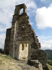 Château d'Artias - Français:   Retournac, dép. de la Haute-Loire, France (Auvergne). Château ruiné d'Artias, perché sur un suc de 706m. d'altitude, situé le long de la Loire à quelques km. en amont (et donc à l'ouest) de Retournac. Ruine de la chapelle. Coup d'oeil vers le nord.