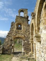 Château d'Artias - Français:   Retournac, dép. de la Haute-Loire, France (Auvergne). Château ruiné d'Artias, perché sur un suc de 706m. d'altitude, situé le long de la Loire à quelques km. en amont (et donc à l'ouest) de Retournac. Ruine de la chapelle. Coup d'oeil vers le sud.