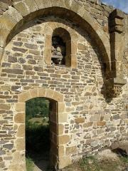 Château d'Artias - Français:   Retournac, dép. de la Haute-Loire, France (Auvergne). Château ruiné d'Artias, perché sur un suc de 706m. d'altitude, situé le long de la Loire à quelques km. en amont (et donc à l'ouest) de Retournac. Une des deux travées de la chapelle castrale.