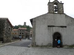 Eglise Saint-Maurice-de-Roche - Français:   Roche-en-Régnier, comm. de la Haute-Loire, France (Auvergne). Vue prise depuis l\'ouest. À l\'avant-plan à droite: chapelle Notre-Dame-de-Bon-Secours. Au second plan à gauche: maisons situées à l\'emplacement de l\'ancienne muraille d\'enceinte. Au fond: donjon circulaire du château.