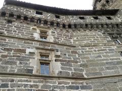 Château de la Roche-Lambert -  Saint-Paulien, dép. de la Haute-Loire, France (Auvergne). Château de La Rochelambert, frise à mâchicoulis.