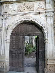 Château de la Roche-Lambert -  Saint-Paulien, dép. de la Haute-Loire, France (Auvergne). Château de La Rochelambert, portail armorié.