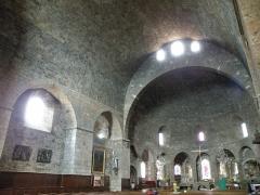 Eglise Saint-Georges -  Saint-Paulien, dép. de la Haute-Loire, France (Auvergne). Église paroissiale Saint-Georges: nef (voûte en berceau) et choeur (voûte en cul-de-four).