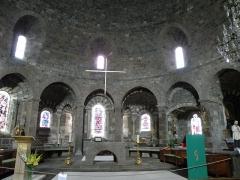 Eglise Saint-Georges -  Saint-Paulien, dép. de la Haute-Loire, France (Auvergne). Église paroissiale Saint-Georges: arcade du choeur (voûte en cul-de-four).