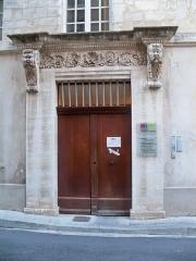 Tombeau du général anglais Mac Haren - Porte de l'immeuble au 7 rue de la porte déroée d'Avignon (84), France