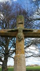Croix dite Croix des Ages ou Croix de la Roi -  Détail du Christ crucifié en partie mutilé de la croix des Âges à Aurignat.