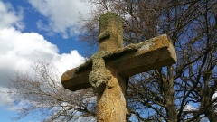 Croix dite Croix des Ages ou Croix de la Roi -  Sculpture du Christ crucifié en partie mutilé de la croix des Âges à Aurignat.