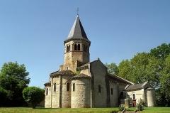Borne milliaire romaine et pierre celtique - Français:   Église Saint-Symphorien de Biozat, Allier, France.
