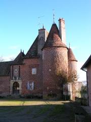 Château de la Cour-en-Chapeau -  Template:FrDetail du corps principal du château de la Cour à Chapeau, Allier