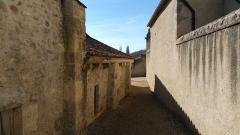 Ancienne église Saint-Blaise de Chareil -  Église Saint-Blaise de Chareil, mur nord à proximité des communs du château.