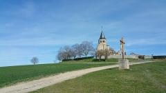 Eglise Sainte-Radegonde -  Église Sainte-Radegonde de Cognat-Lyonne et calvaire sur le site de la bataille de Cognat (1568).