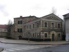 Fortifications -  Rue de la Tour Prisonnière à Cusset. On voit l'ancienne prison des femmes et la Tour Prisonnière.