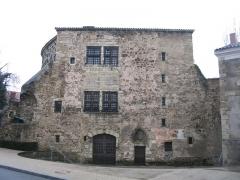Fortifications -  La Tour prisonnière à Cusset. C'est le dernier vestige des fortifications médiévales de la ville.