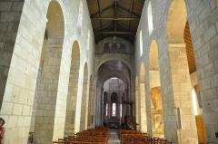 Eglise Saint-Léger - Vue de la nef vers le chœur. Entre les deux, la croisée du transept est délimitée par des arcs diaphragmes ajourés de triplets de baies en plein-cintre à claires-voies .