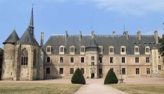 Château de La Palice (également sur commune de Saint-Prix) - Français:   Lapalisse - Château de La Palice - Le château côté cour avec la partie centrale Renaissance, à gauche la chapelle Saint-Léger avec une tour du château du XIIIe siècle