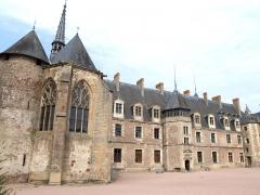 Château de La Palice (également sur commune de Saint-Prix) - Français:   Lapalisse - Château de La Palice - Côté cour avec le chevet de la chapelle Saint-Léger, une tour du château du XIIIe siècle et l\'aile de la Renaissance